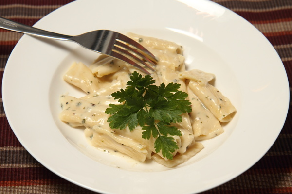 fresh rigatoni with a cheese and parsley sauce