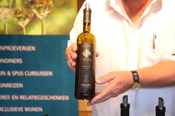 Idiom vineyards letting me taste their Viognier at Taste of Amsterdam